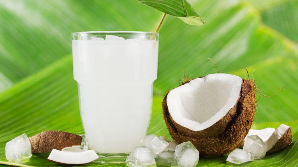 nước dừa giúp môi căng mọng